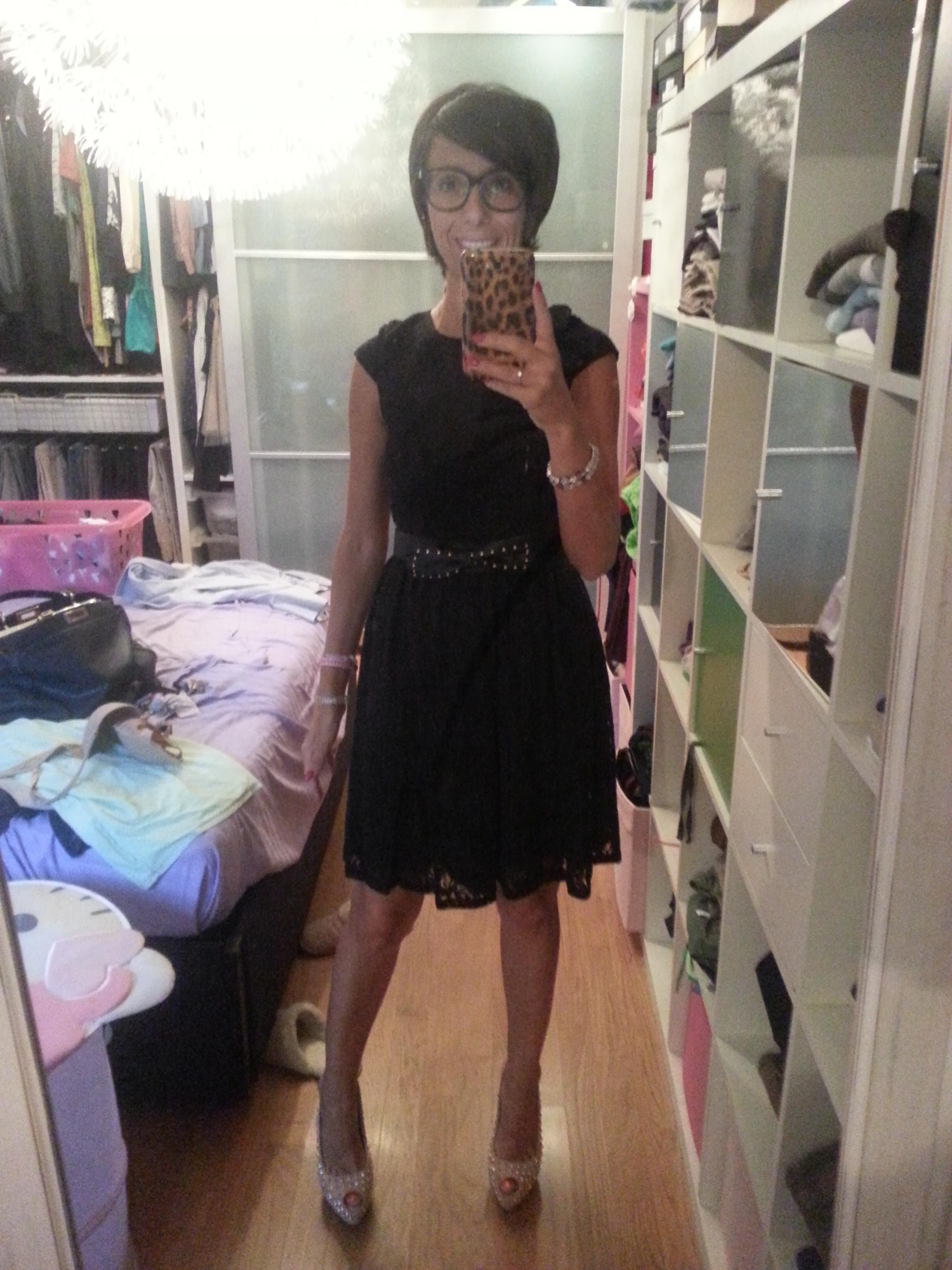 Abito nero scarpe beige